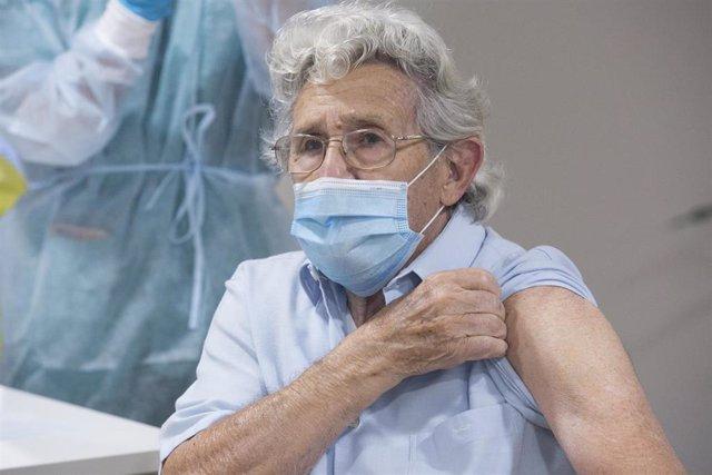 Alberto Díaz es el segundo usuario de la residencia en recibir la segunda dosis de la vacuna Pfizer-BioNTech contra el coronavirus en el Centro Polivalente de Recursos Residencia Mixta de Gijón, Asturias (España), a 18 de enero de 2021.