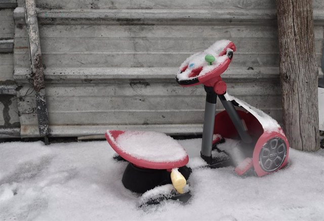 Un triciclo entre la nieve en la Cañada Real Galiana, Madrid (España).