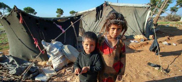 Niños en un campamento en el desierto en el sur rural de la provincia de Homs, en Siria.