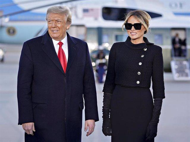 El presidente de los Estados Unidos, Donald Trump, y la primera dama, Melania Trump, durante la ceremonia de despedida en laBasede la Fuerza AéreaAndrews, Maryland, Estados Unidos, a 20 de enero de 2021.