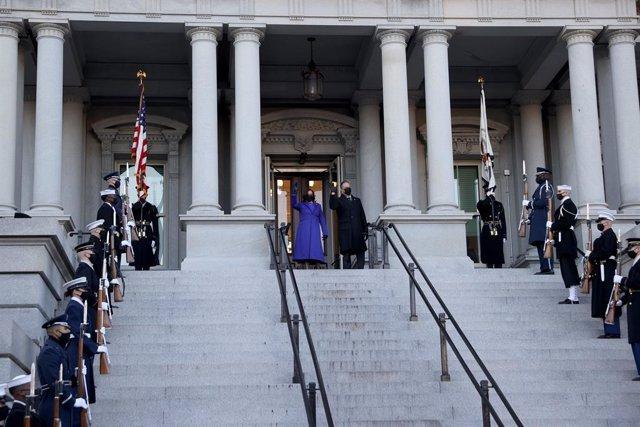 La vicepresidenta de Estados Unidos, Kamala Harris, acompañada de su marido a su llegada al Edifcio Eisenhower.