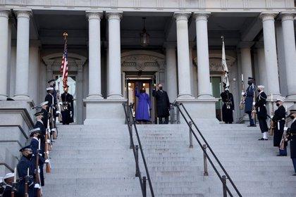 EEUU.- Harris toma juramento a los nuevos senadores y completa el control demócrata del Senado de EEUU