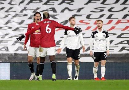 Pogba mantiene líder al United bajo presión del City