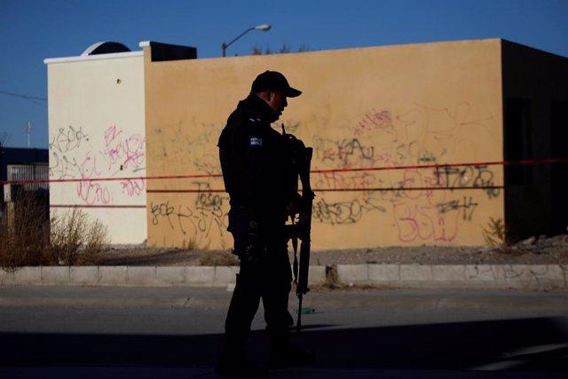 Policía vigila una escena del crimen donde atacantes desconocidos mataron a cuatro hombres en un garaje, según los medios de comunicación locales, en Ciudad Juárez, México, el 7 de febrero de 2018