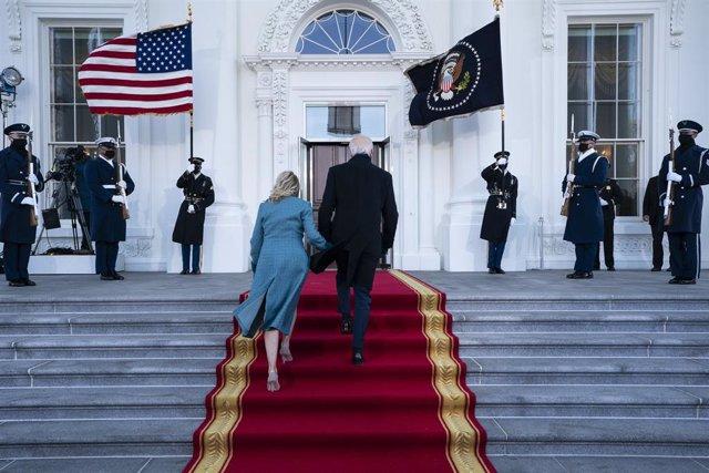 El presidente de Estados Unidos, Joe Biden, junto a su mujer, Jill Biden, entrando a la Casa Blanca tras su investidura.