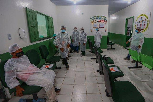 19 January 2021, Brazil, Umariacu: Health workers take a break as part of the Coronavirus vaccination campaign in the Amazon. Photo: Marcelo Camargo/Agencia Brazil/dpa - ACHTUNG: Nur zur redaktionellen Verwendung und nur mit vollständiger Nennung des vors
