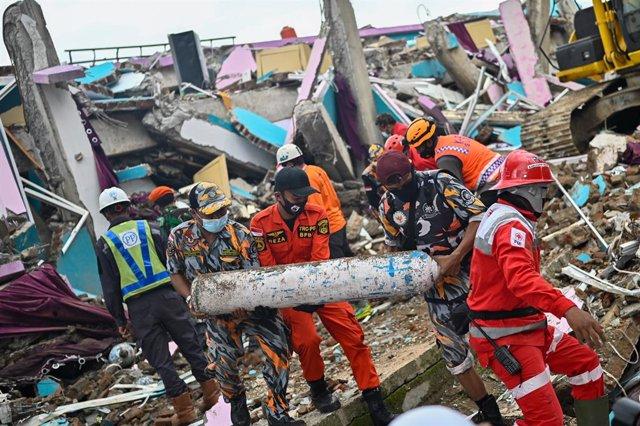 Trabajos de rescate tras un terremoto en la isla de Célebes, Indonesia