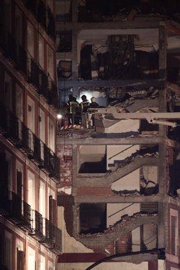 Bombers amb llanternes a l'immoble afectat moments posteriors de la forta explosió registrada al carrer Toledo que ha enfonsat diverses plantes de l'edifici. Madrid (Espanya), 20 de gener del 2021.