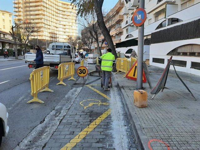 Obras de renovación de aceras de la calle Joan Ripoll i Trobat.