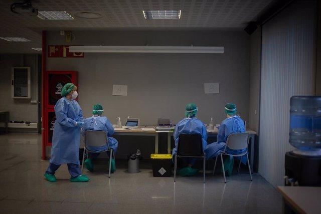 Varios sanitarios en un dispositivo de cribados masivos en el barrio del Raval, en Barcelona (España), a 7 de diciembre de 2020.