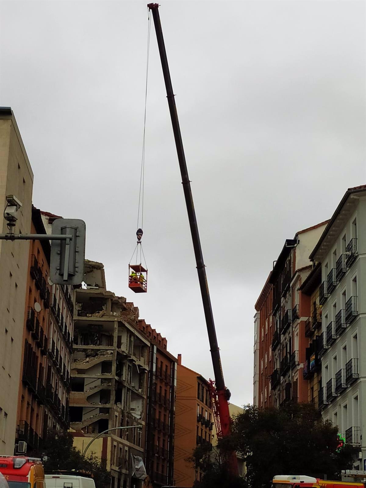 Técnicos de Edificación revisan con una grúa los pisos más afectados