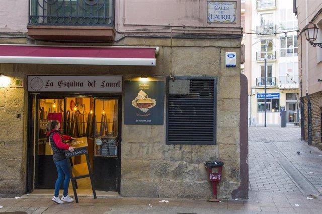 Una camarera recoge su establecimiento a las 17. 00 horas el día de la entrada en vigor de nuevas restricciones impuestas por el gobierno de la Rioja, en Logroño, la Rioja, (España), a 16 de enero de 2021. A partir de este 16 de enero los comercios, hoste