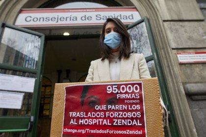 Una enfermera presenta más de 96.000 firmas contra los traslados forzosos al Isabel Zendal