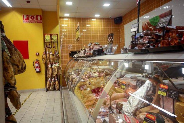 Sección de charcutería de un supermercado
