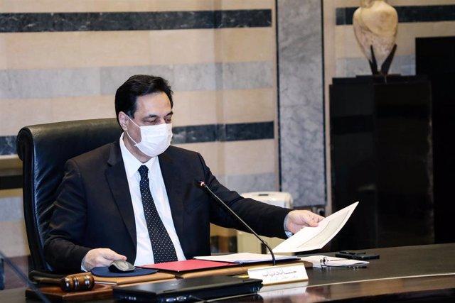 El primer ministro de Líbano, Hasán Diab, durante una sesión en el marco de la pandemia de coronavirus