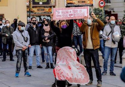 """Hosteleros valencianos rodean la Generalitat en protesta por el cierre de su actividad: """"Es la ruina total"""""""