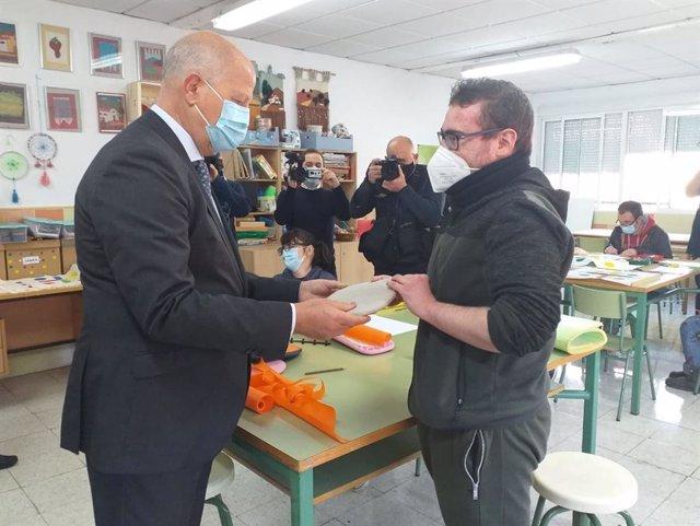 El consejero de Educación y Deporte, Javier Imbroda, visita el centro de educación especial Santa Rosa de Lima de Málaga