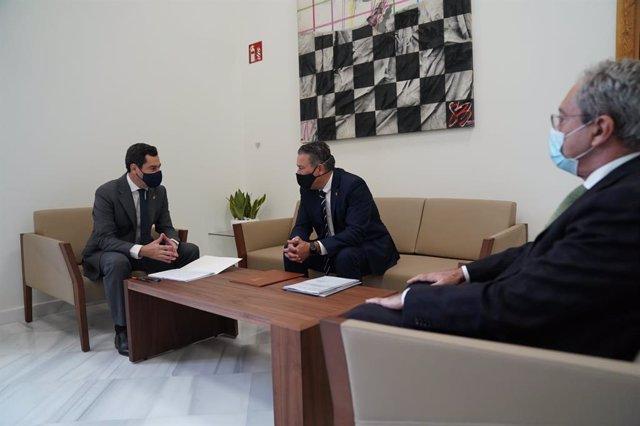 El presidente de la Junta, Juanma Moreno (i), en su visita al Ayuntamiento de Linares.