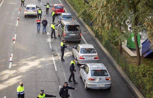Control de la Policía Local de Huelva tras el decreto del cierre perimetral de la capital.