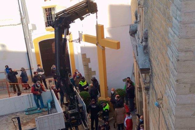 La cruz de Aguilar durante su retirada, en una imagen de archivo.
