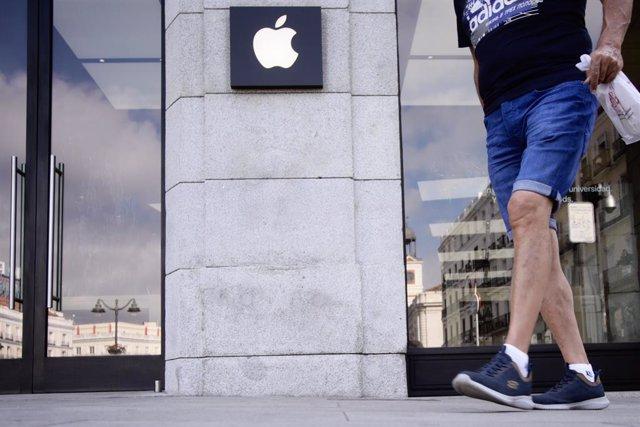 Una persona pasa junto a la tienda Apple en la Puerta del Sol tras el cierre temporal desde este lunes de las cuatro tiendas de la empresa en Madrid como medida de prevención por la evolución de la pandemia de coronavirus en la capital, en Madrid (España)