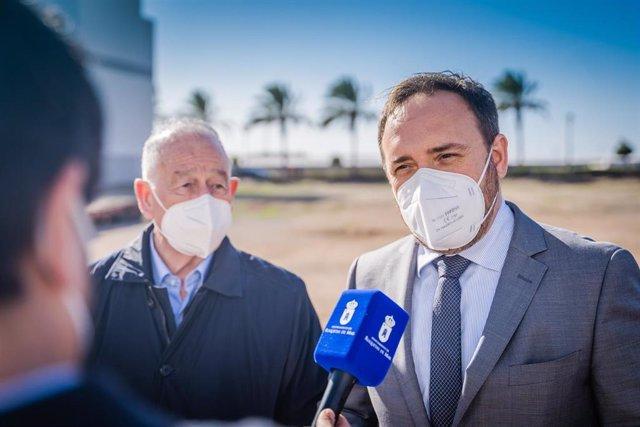 Amat junto al director general de Justicia en su visita a Roquetas de Mar