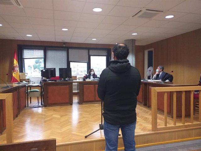 Un ciudadano portugués, juzgado en el sala de lo Penal 1 de Vigo,  por varios delitos contra la seguridad vial, conducción temeraria y atentado, por una persecución ocurrida en la A-52 en agosto de 2019, en la que embistió un coche de Guardia Civil.