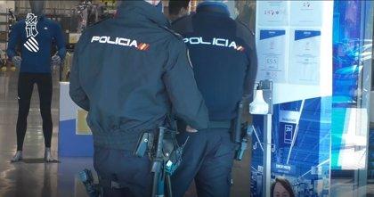 La Policía de la Generalitat controla las zonas comerciales de l'Horta Sud ante la previsión de afluencia en San Vicente