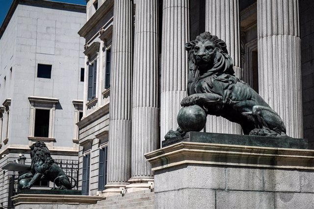 Fachada del Congreso de los Diputados de Madrid con sus emblemáticos leones.