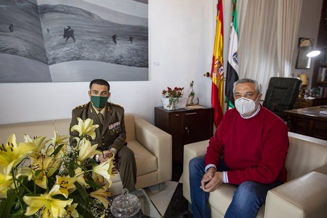 El presidente de la Diputación de Cáceres recibe al nuevo subdelegado de Defensa