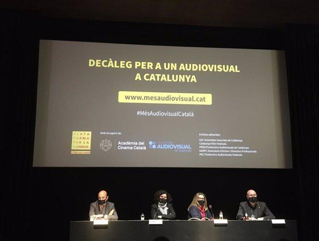 El president del Clúster Audiovisual de Catalunya, Miquel Rutllant; la vicepresidenta de Plataforma per la Llengua, Mireia Plana; la presidenta de l'Acadèmia del Cinema Català, Isona Passola, i l'exconseller de Cultura, Joan Manuel Tresserras