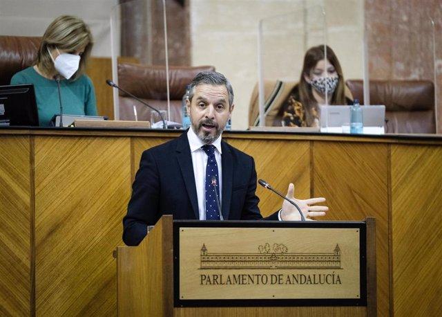 El consejero de Hacienda, Juan Bravo, este jueves en el Pleno del Parlamento de Andalucía.