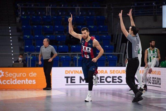 Alec Peters (Baskonia) celebra un triple