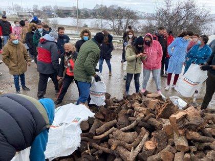 Fundación Madrina entrega 4 toneladas de leña a familias de la Cañada Real ante las previsiones de lluvias y frío