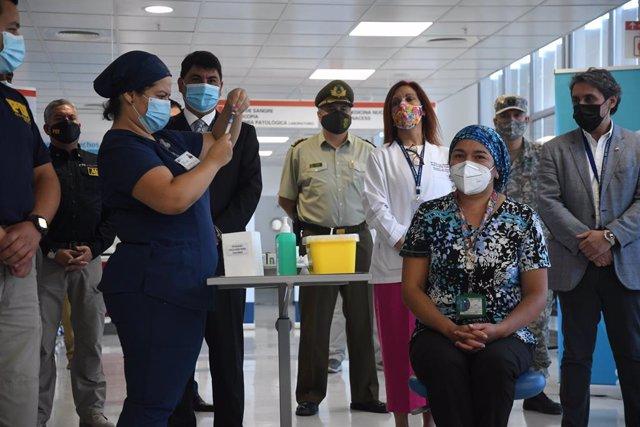 18 January 2021, Chile, Antofagasta: A nurse prepares a Pfizer-Biontech Coronavirus vaccine dose during the vaccination campaign for the medical staff. Photo: Camilo Alfaro/Agencia Uno/dpa
