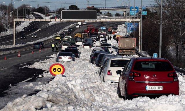Numeros vehículos atrapados por la nieve.
