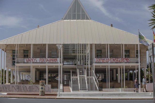 La fachada principal del Ayuntamiento de Punta Umbría con una pancarta con un mensaje de ánimo, durante la segunda semana de la Fase 1 de la desescalada, en una imagen de archivo.