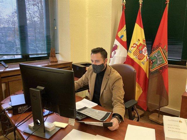 Daniel de la Rosa participa en la asamblea de forma telemática.