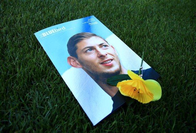 Un flor sobre un retrato de Emiliano Sala en su homenaje en Cardiff tras el fallecimiento