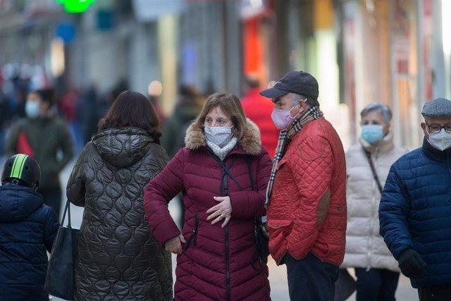 Un hombre y una mujer con mascarilla el primer día del cierre perimetral decretado en Lugo, Galicia (España), a 15 de enero de 2021.