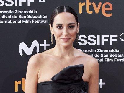Tamara Falcó posa con un complemento que utilizaba su padre, Carlos Falcó