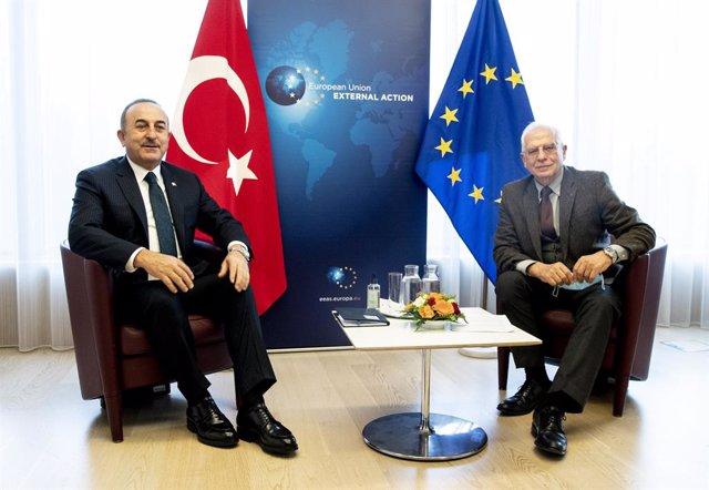 El ministro de Exteriores de Turquía, Mevlut Cavusoglu, con Josep Borrell.
