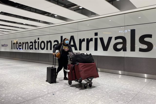 Una mujer en el aeropuerto londinense de Heathrow durante la pandemia de la COVID-19.