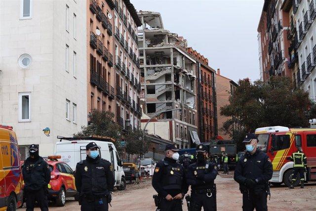 Varios agentes vigilan la zona donde ayer se produjo una explosión en la calle Toledo.