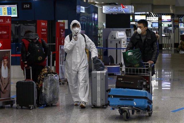 Pasajeros en el Aeropuerto de Fiumicino, en la capital de Italia, Roma, durante la pandemia de COVID-19.