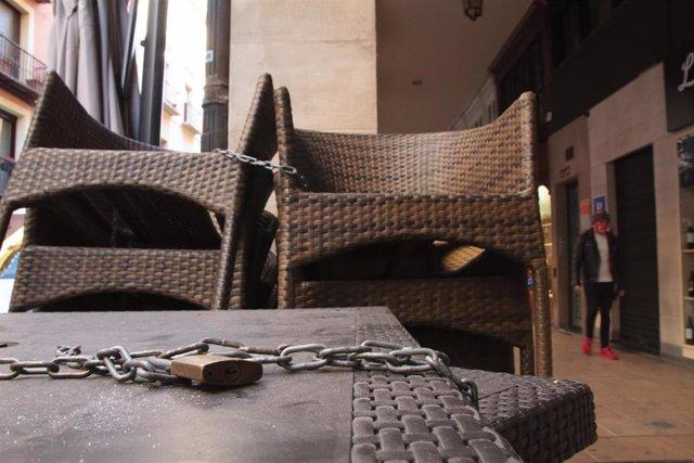 Un candado sostiene varias meses de un establecimiento cerrado en Logroño, La Rioja (España),