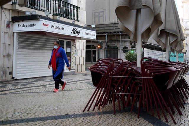 Una mujer camina por las calles vacías de Lisboa en medio del segundo confinamiento para frenar la COVID-19.