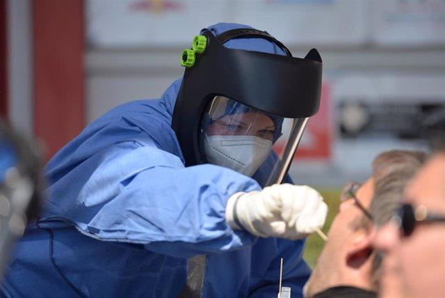 Imagen de archivo de una trabajadora sanitaria realizando un test de COVID-19.