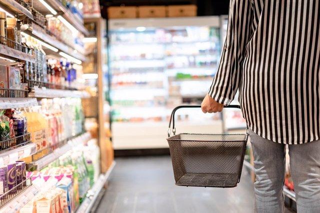 Supermercado, comida, cesta de la compra. Productos bajos en calorias, light