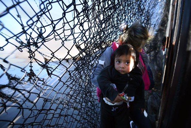 Un grupo de migrantes intenta cruzar a San Diego, Estados Unidos, desde Tijuana, México.